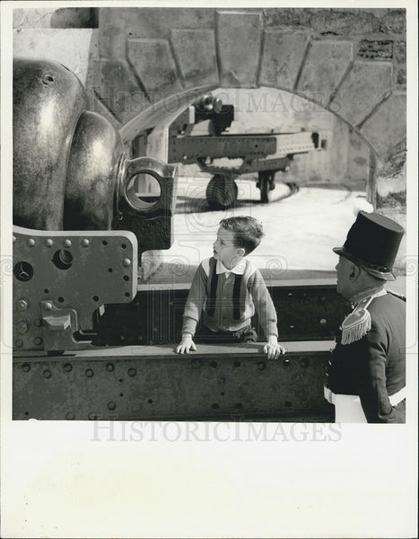 1966 Press Photo Guide explains history of Mid-Atlantic bastion to boy - Historic Images