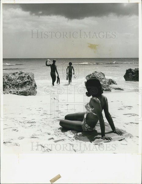1971 Press Photo People Snorkeling Bermuda Beach South Shore - Historic Images
