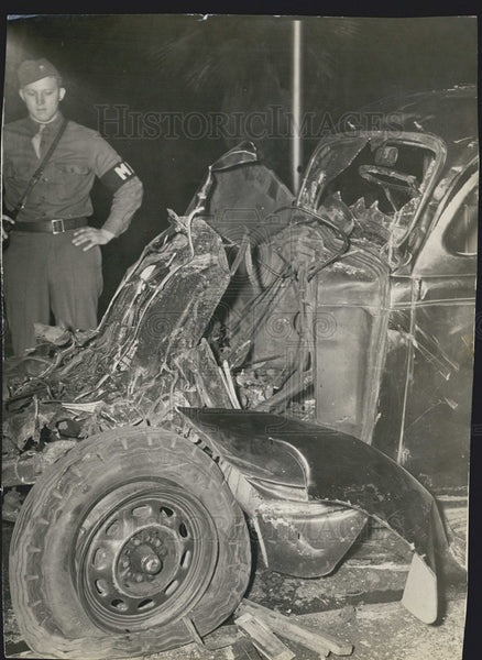 1943 Press Photo Wrecked Car Soldier Standing Beside Debris - Historic Images