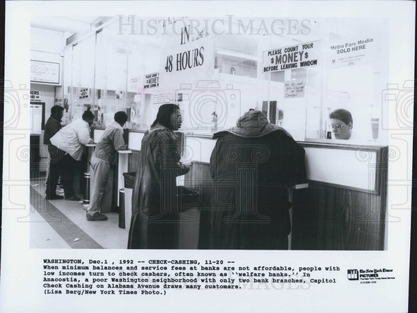 1992 Press Photo Check Cashing Desk Business Anacostia Washington Poverty Poor - Historic Images