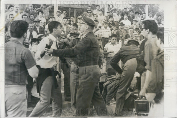 1961 Press Photo policemen struggle dissident soccer fans Buenos Aires Argentina - Historic Images