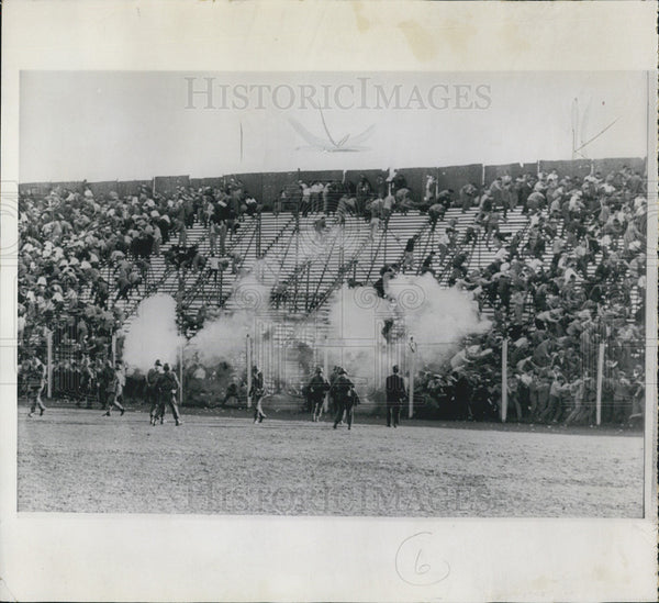 1960 Press Photo tear gas police spectators stands Buenos Aires soccer Argentina - Historic Images