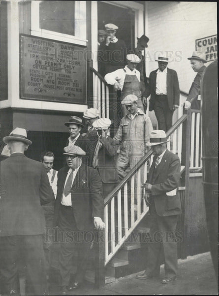 1932 Press Photo 25 convicted law violators file out of the Denver county jail. - Historic Images