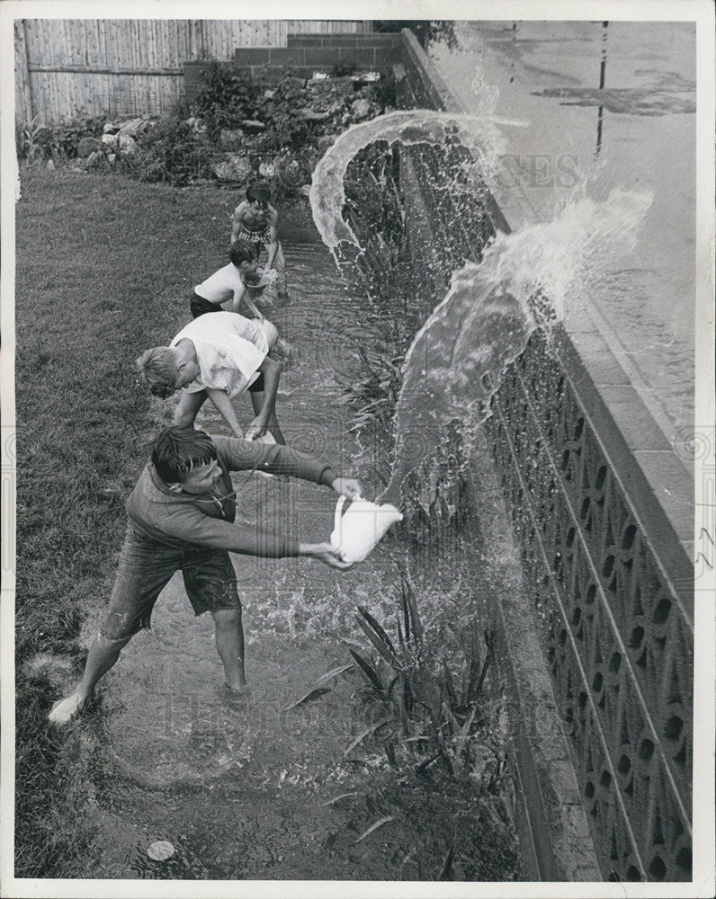 1967 Press Photo Youngsters Bail Water in Denver Floods - Historic Images