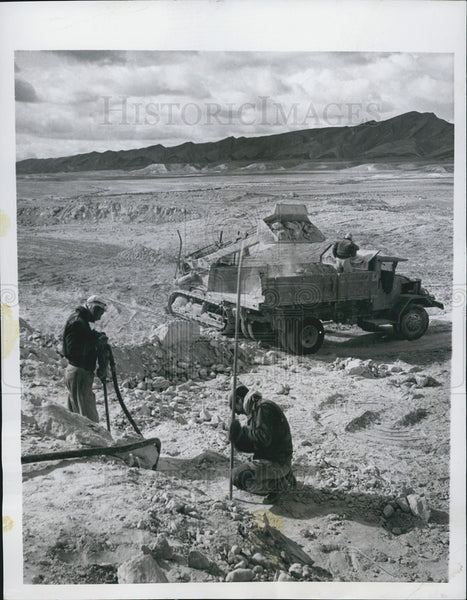 1955 Press Photo Workers in Negev Desert doing surface mining of Phosphates - Historic Images