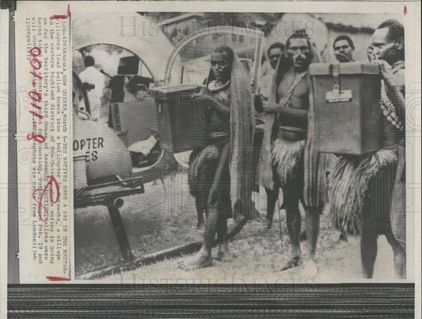 1972 Press Photo Villagers Loading Ballot Boxes Marawaka New Guinea Election - Historic Images