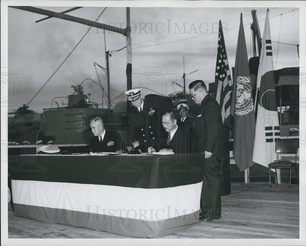 1950 Press Photo Kim Yong Jun, Korean Minister Signs Transfer Agreement - Historic Images