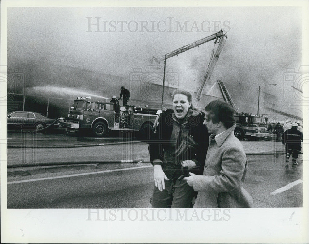 1984 press photo burke ford agency fire related woman cries in despair historic images