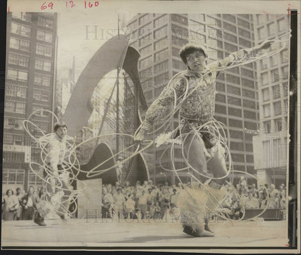 1974 Press Photo Tribal Dancers Chicago Civic Center Plaza Native Americans - Historic Images
