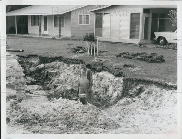 1959 Press Photo Water Main Break Hole Man - Historic Images