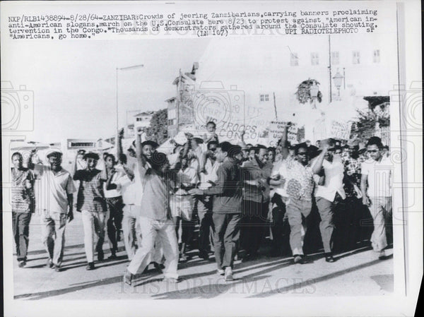 1964 Press Photo crowds Zanzibarians banners march on U.S. Consulate - Historic Images