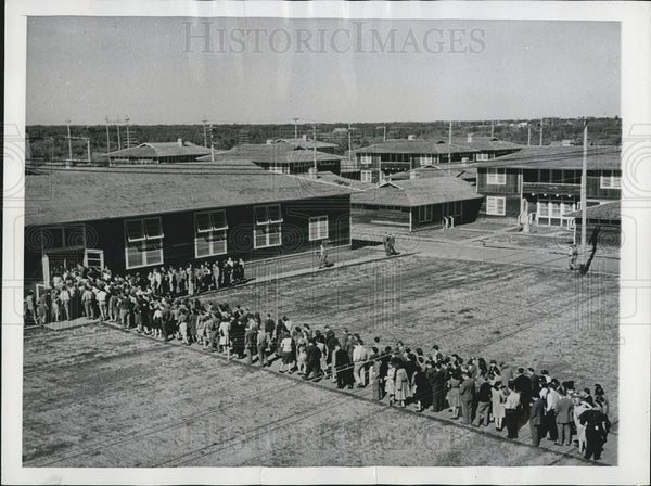 1943 Press Photo Lunch line at Jesuit College for the U.S. Engineers in Edmonton - Historic Images