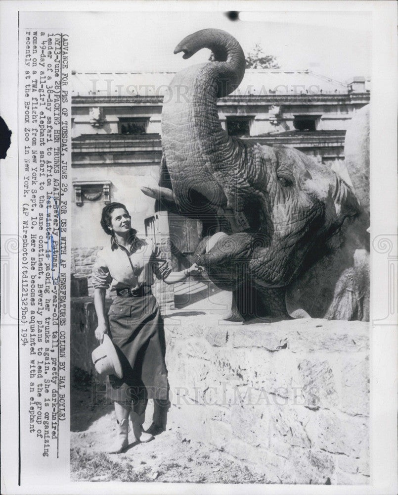 1954 Press Photo of Beverly Putnam with an elephant at the Bronx Zoo - Historic Images