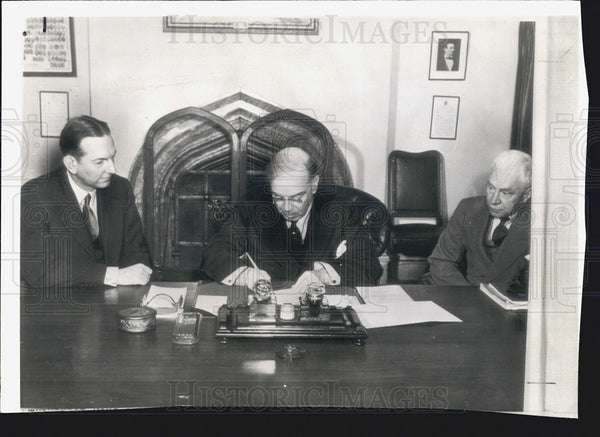 1942 Canada Prime Minister Mackenzie King Signs Highway Agreement - Historic Images