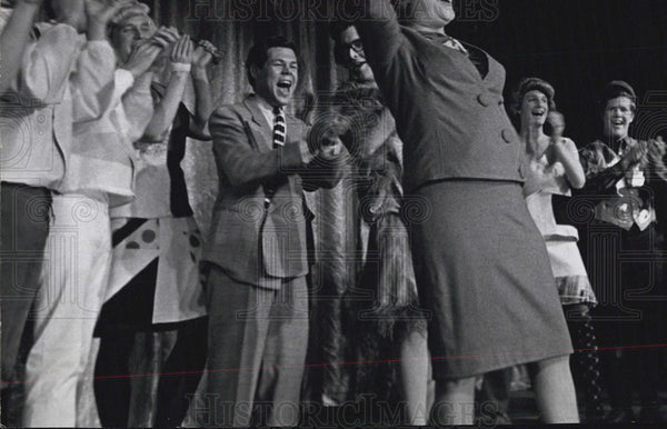 Press Photo Actress Ethel Merman performer being applauded - Historic Images