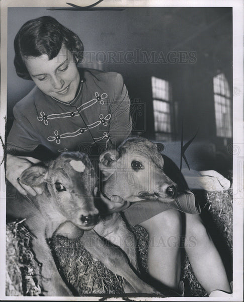 1953 Press Photo of Dolores Walker,Drum Majorette with two new born twin deer. - Historic Images