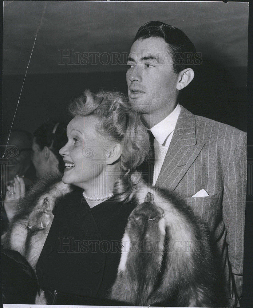1947 Press Photo Gregory Peck Greets Friends As They Arrive At Eddie Cantors Pty - Historic Images