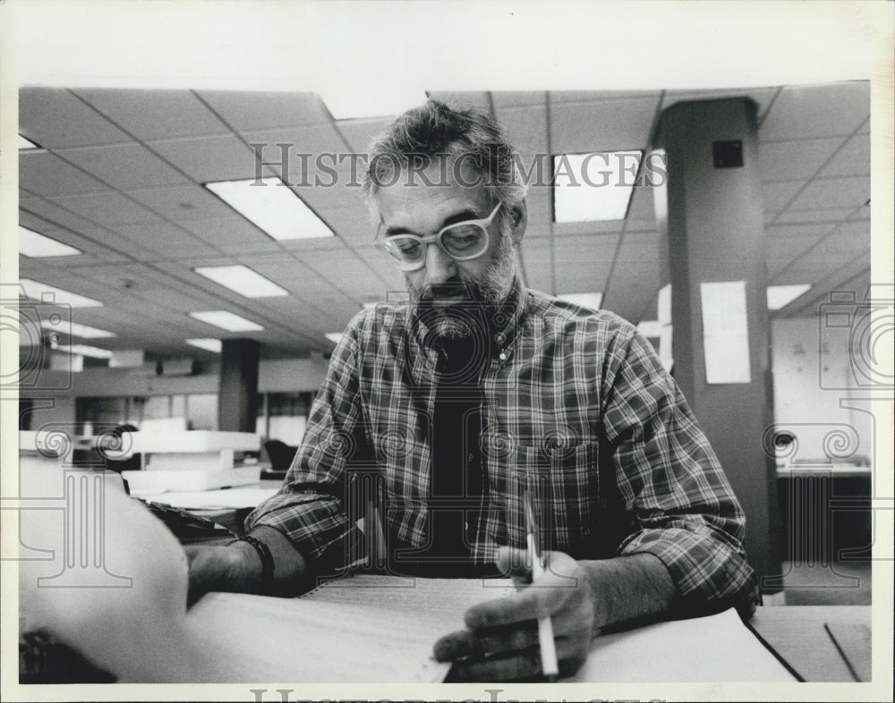 1985 Press Photo Marshall Rosenthal of WMAQ-TV at Wire Desk - Historic Images