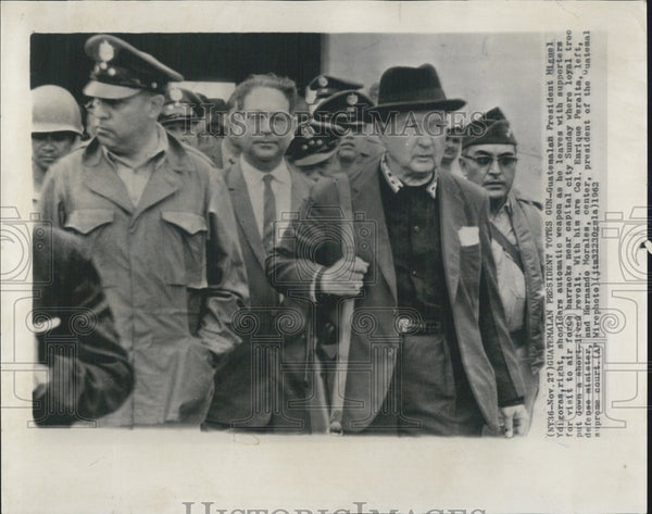 1963 Press Photo Guatemalan President Miguel Ydigoras carries automatic weapon. - Historic Images