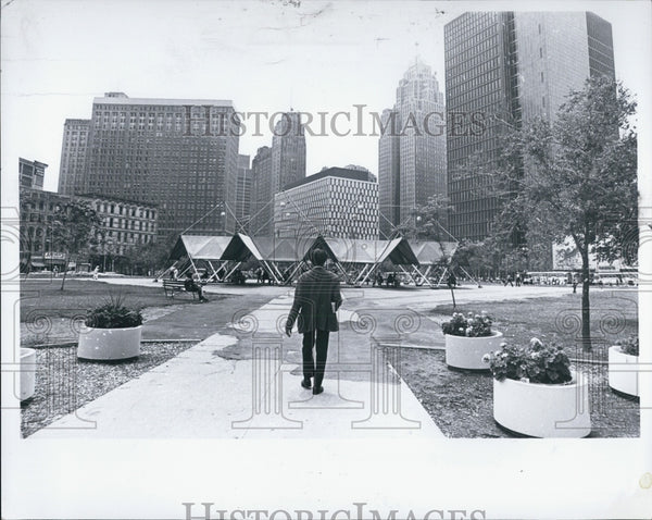 1979 Press Photo Man walking in a Detroit park - Historic Images