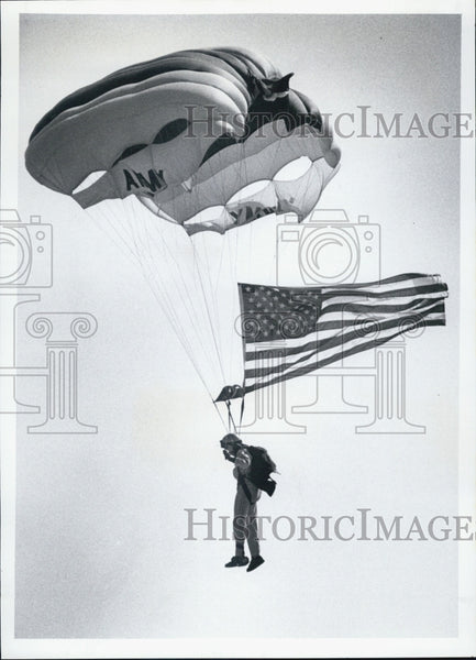 1980 Press Photo parachute member Army Golden Knights falls to earth MacDill Air - Historic Images