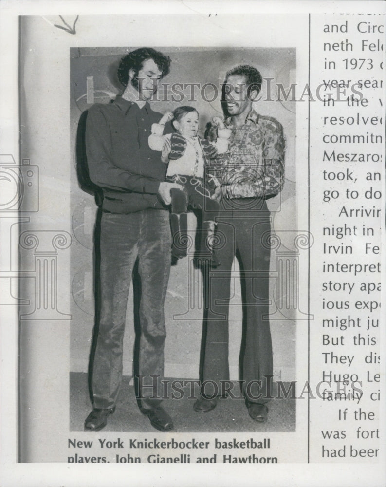 1974 Press Photo Mihaly Mezaros Being Held By NY Knicks Players John GIanelli - Historic Images