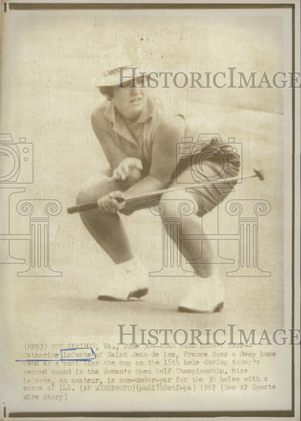 1967 Press Photo Catherine LaCoste Watches Putt Women's Open Hole Golf Champ. - Historic Images