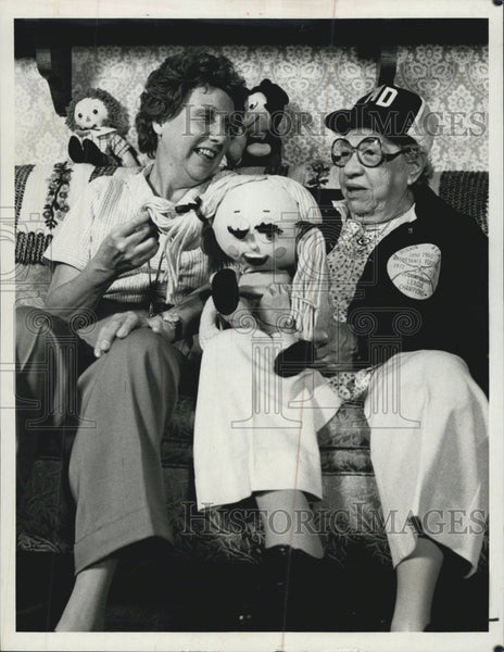 "1979 Press Photo Actress Jean Stapleton & Mary Dobkin ""Hallmark Fame Aunt Mary"" - Historic Images"
