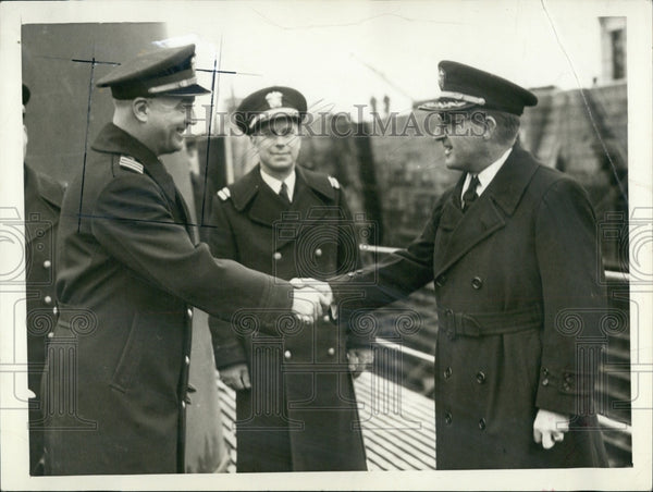 1940 Press Photo Lt. Cmdr. F.W. Fenno and Capt. John Brown at Navy Yard - Historic Images