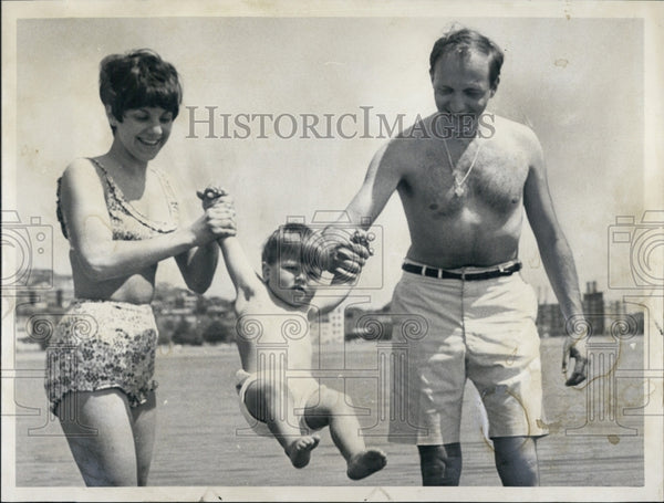 1966 Press Photo Dr Rudolph Vollman Wife Carole Son Vacation - Historic Images