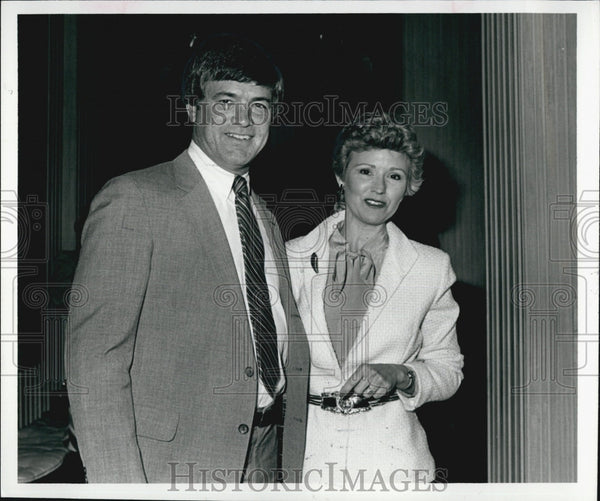 1981 Press Photo Denver Broncos Football Head Coach Dan Reeves And His Wife - Historic Images