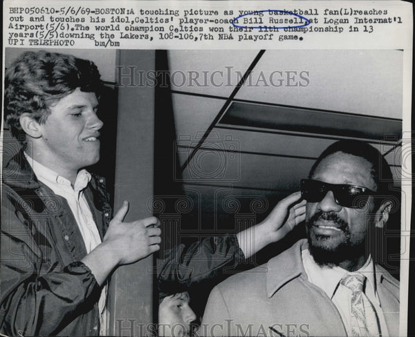 1969 Press Photo Basketball fans reached Boston Coach Bill Russell. - Historic Images