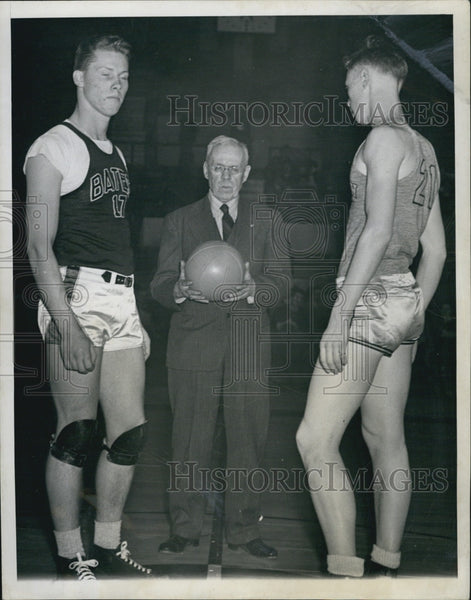 1944 Press Photo Ronald Andresen And William Baker Wait For Basketball Tip Off - Historic Images