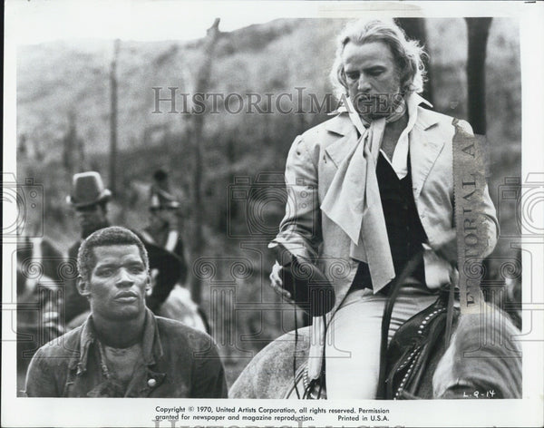 1971 Press Photo Actor Marlon Brandon with Evaristo Marquez. - Historic Images