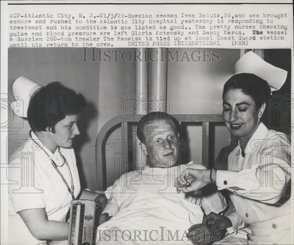 1922 Press Photo Russian Seaman Ivan Baluik with nurse checking his pulse and BP - Historic Images