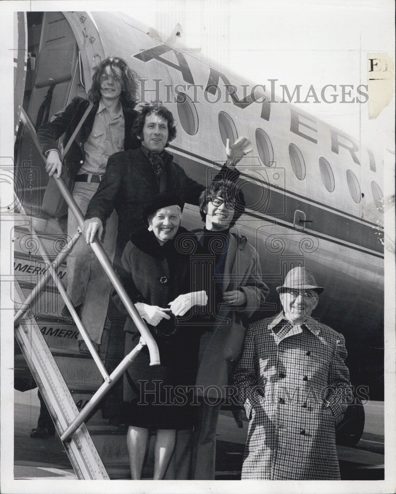 1971 Press Photo Kristoffer Tabore, actor Barry Newman, Petra Kastner at airport - Historic Images
