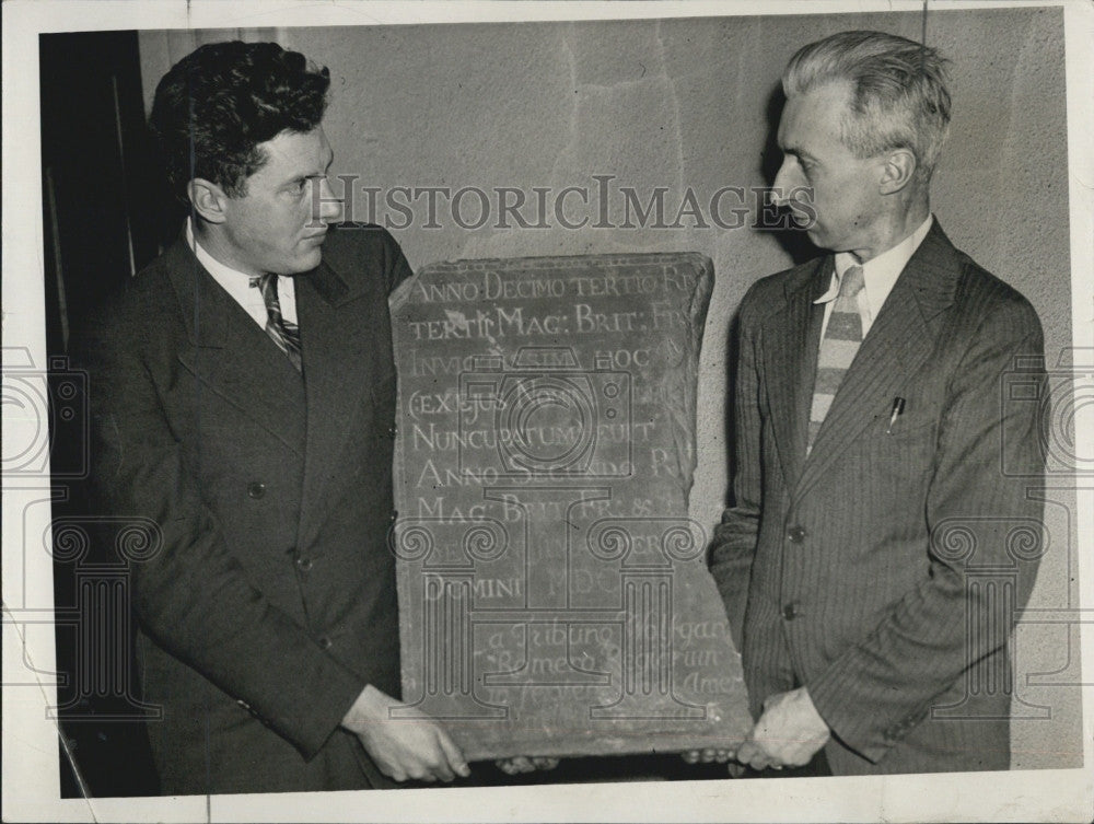 1935 Press Photo Edward Snow and W. Wheeler With Old Tablet From Fort William - Historic Images