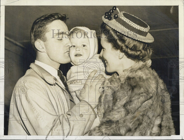 1943 Press Photo Bill Byrne of BC Eagle baseball &Mrs Wm Terry & Bobby - Historic Images