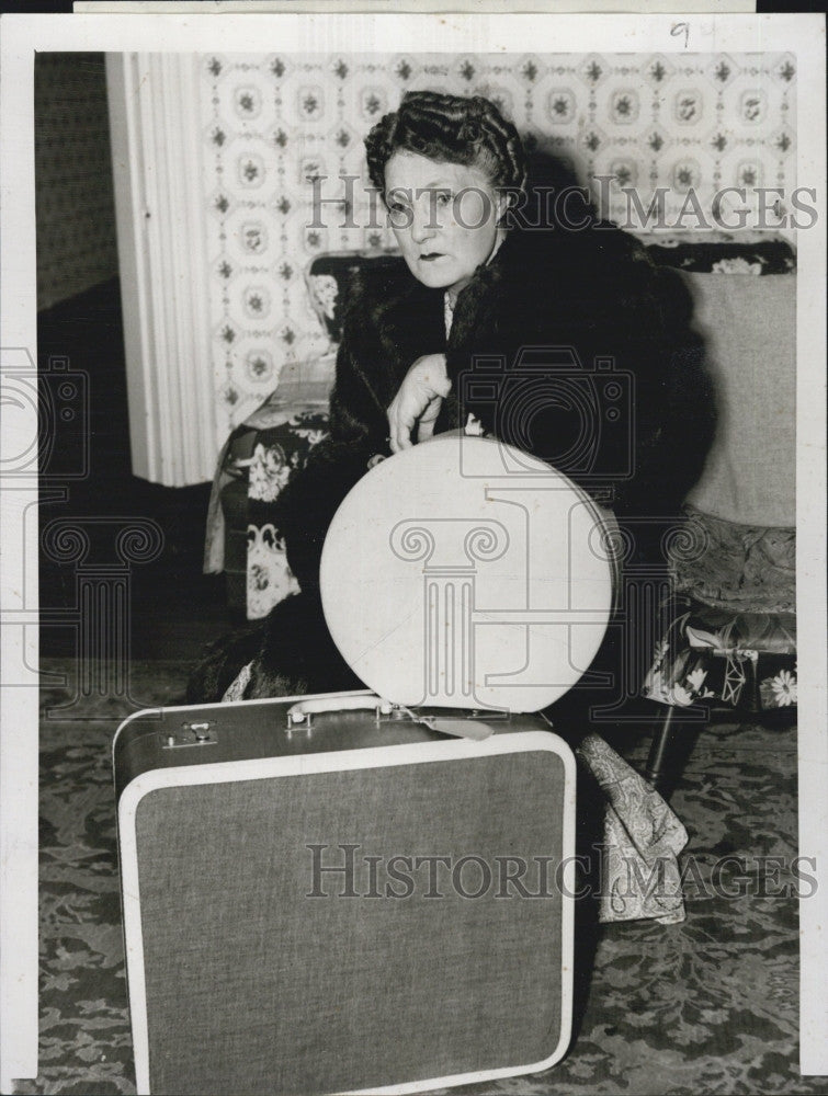 1954 Press Photo Annie Lennell Woman Hatbox Suitcase Sitting Baggage - Historic Images