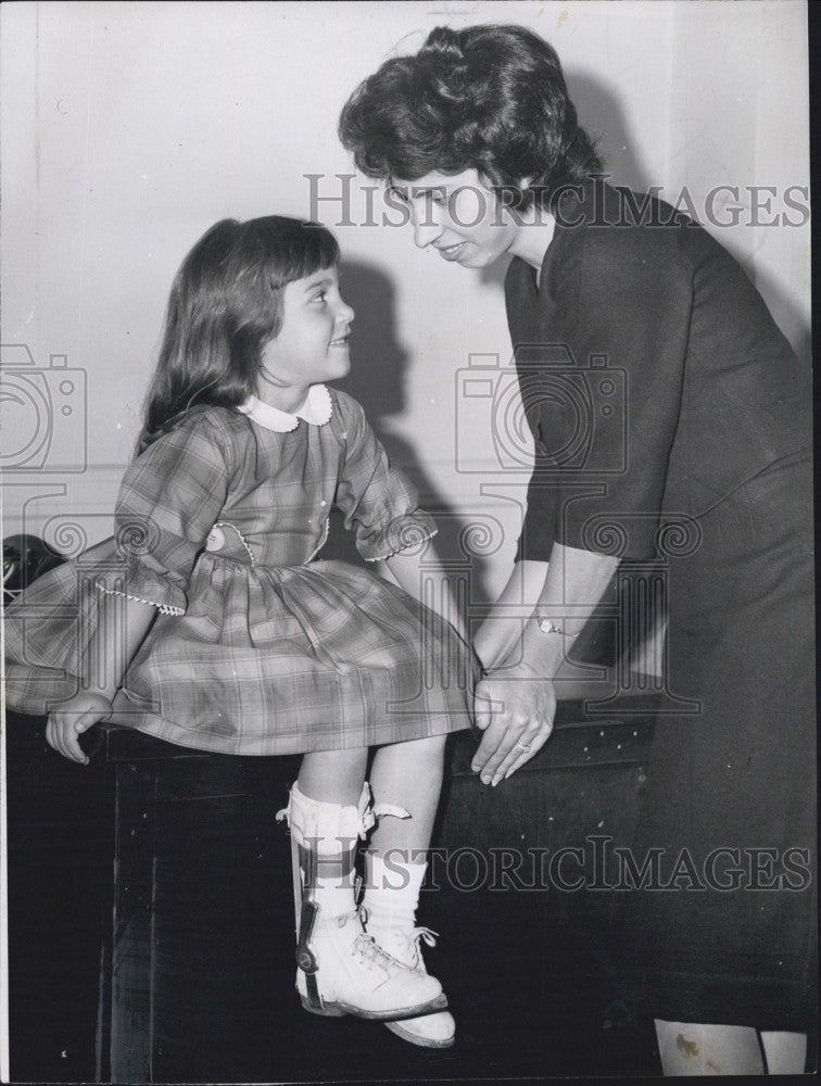 1952 Press Photo Mrs Fred Evans with daughter Joanne Marie sought $350,000 in - Historic Images