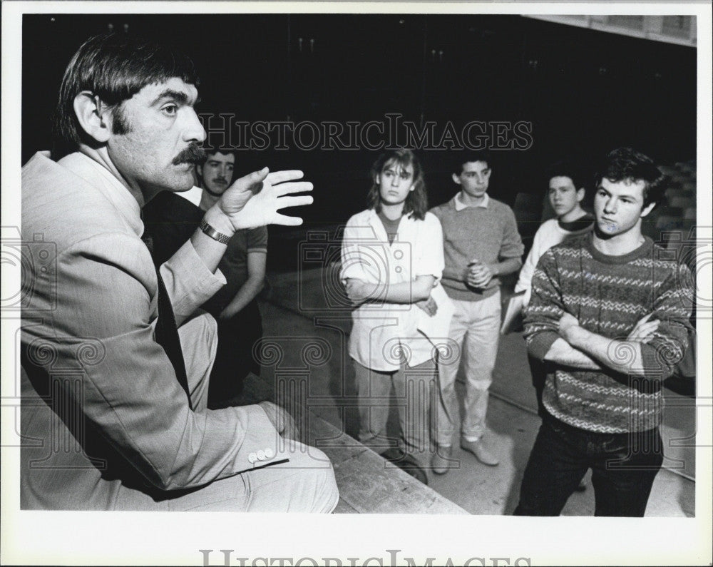 1985 Press Photo Russian Diplomat Vladimir Brusnitsyn, talked to student. - Historic Images