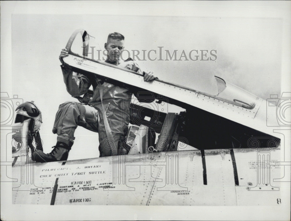 1957 Press Photo Captain Jack Bryant Flies from London to Los Angeles - Historic Images