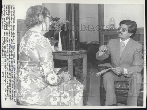 1975 Press Photo Rhupendra Patel Of New Britain With Gov Ella Grasso in Office - Historic Images