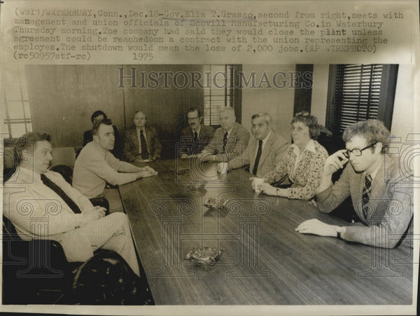 1975 Press Photo Ella T Grasso Meet With Mgt And Union-Scovill Manuf Co-Watebury - Historic Images
