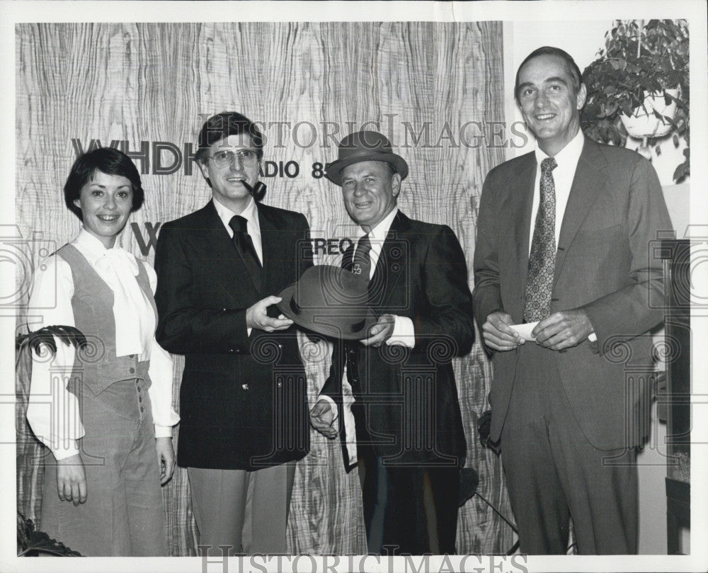 1977 Press Photo Jess Cain Radio Host Gets Kelly Girls Annual Green Derby Award - Historic Images