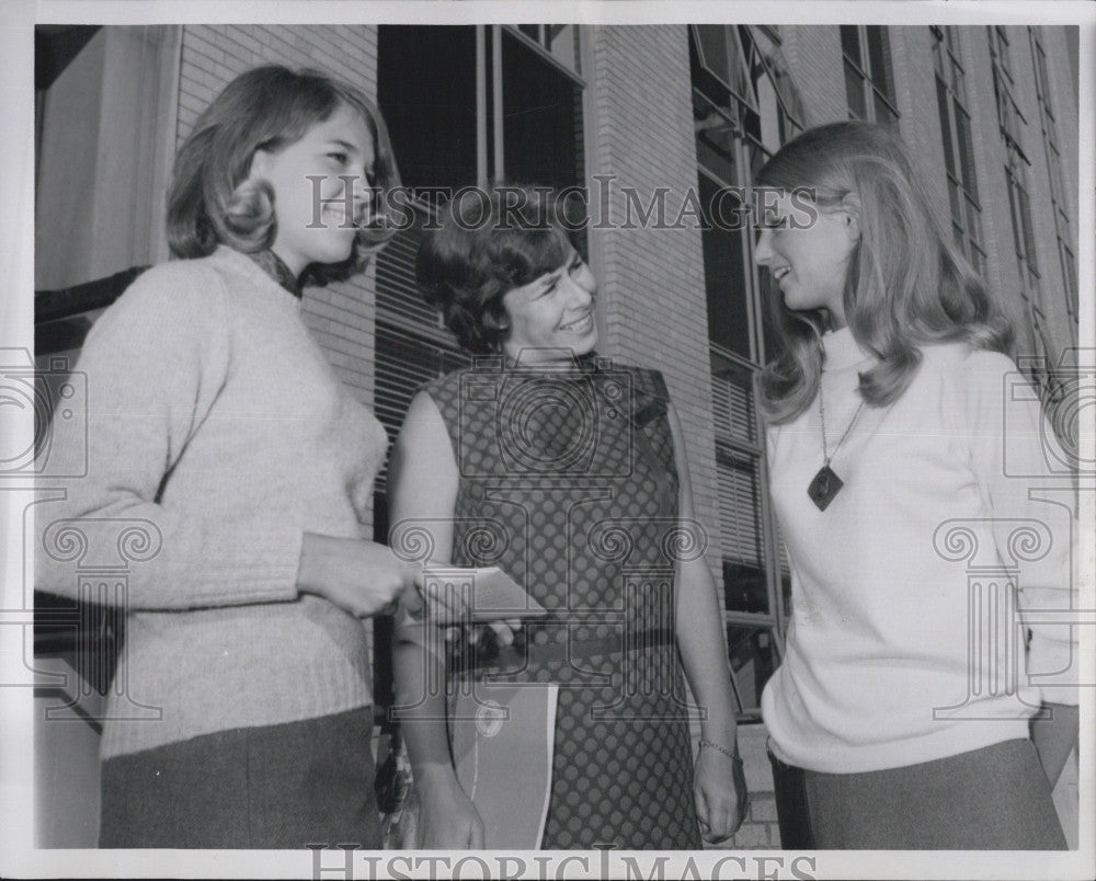 1967 Press Photo Remi Brooke, Senator's daughter, registered a freshmen at NU. - Historic Images