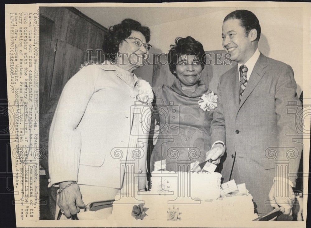 1972 Press Photo Sen. Edward Brooke with his 53rd birthday cake. - Historic Images