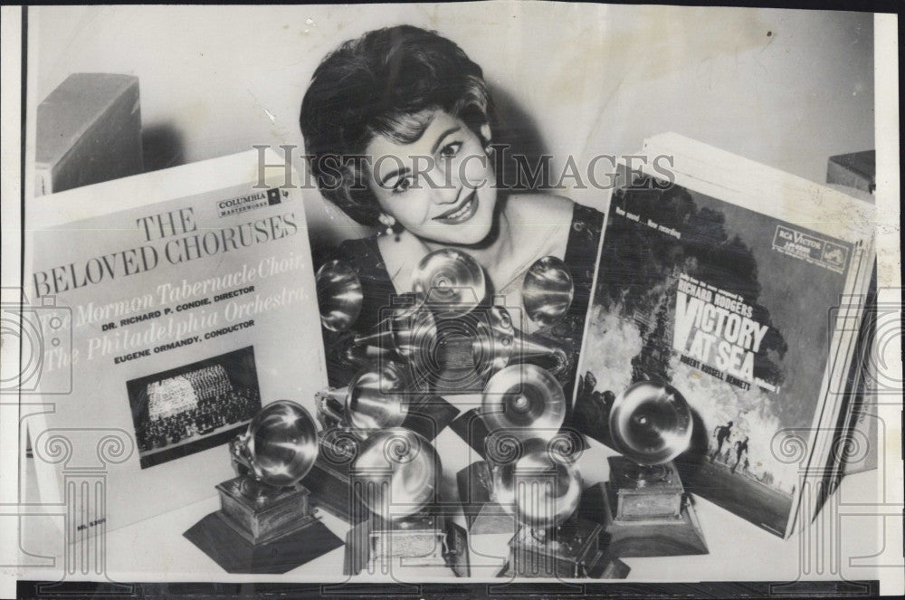 1959 Press Photo Singer Gogo Grant  and some Grammy awards - Historic Images