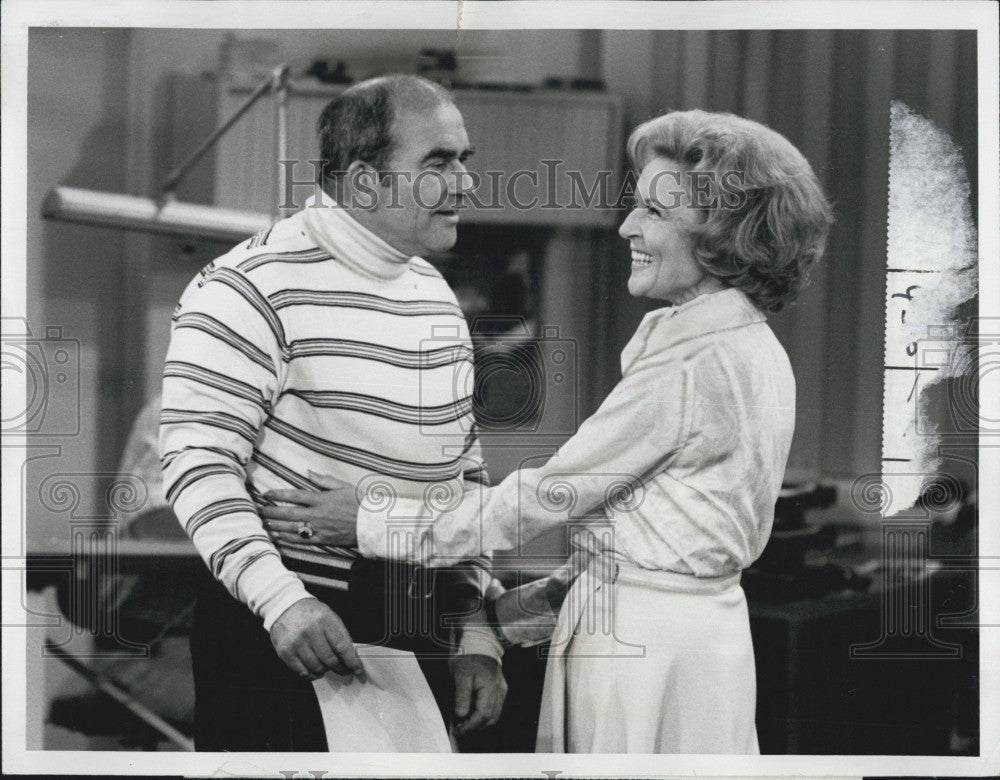 "1974 Press Photo Edward Asner & Betty White on ""The Mary Tyler Moore Show"" - Historic Images"