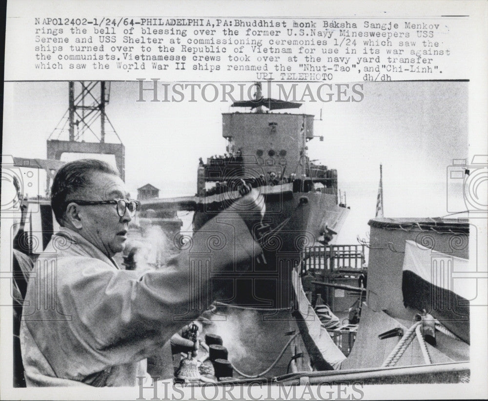 1964 Press Photo Buddhist Monk Baksha Sangje Menkov Bell Blessing USS Serene - Historic Images